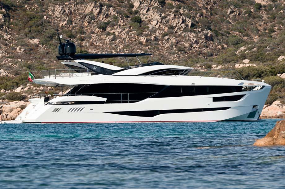 Dominator Ilumen 28 Yacht vor Anker