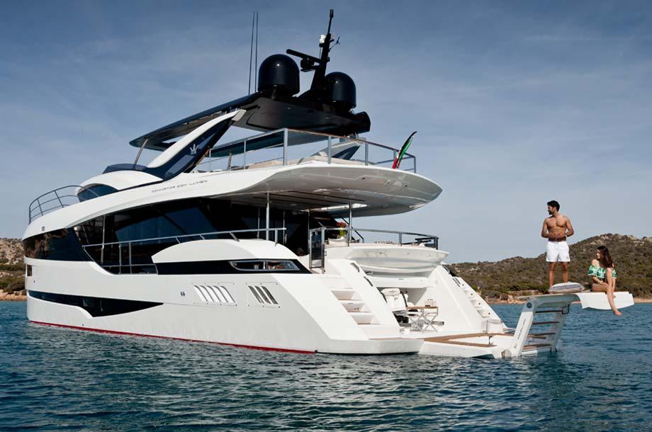 Dominator Ilumen 28 Yacht Heck