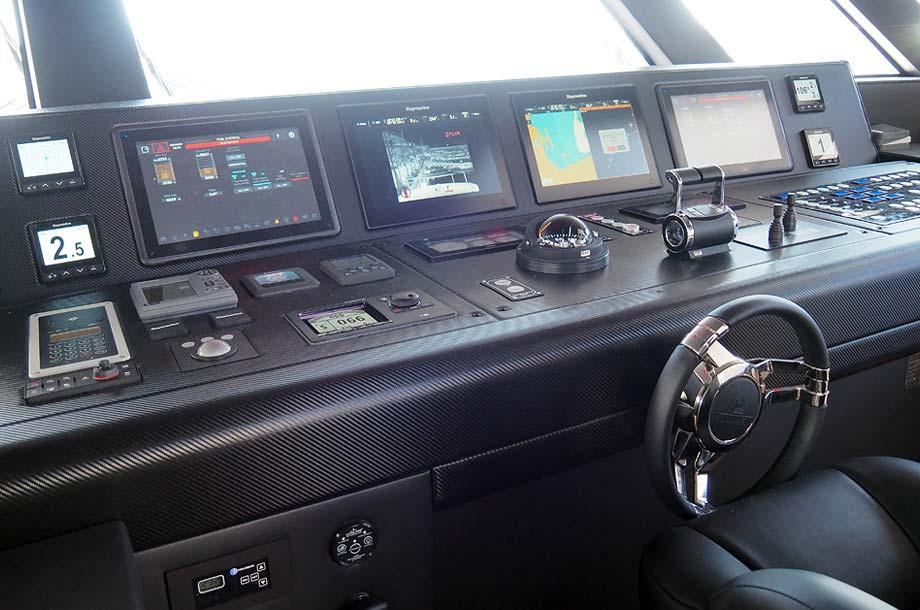 Dominator Ilumen 28 Yacht Steuerstand