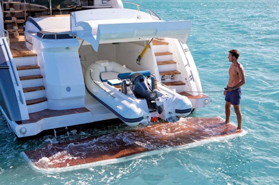 Tender mit Außenborder auf Yacht